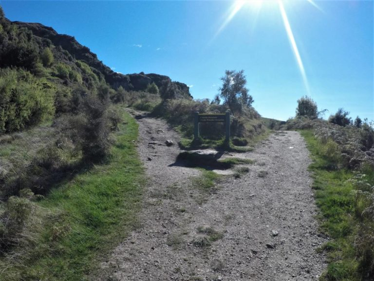 Turn off to Lake Wanaka lookout on the Rocky Mountain Summit Track