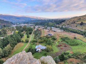 Grovers Hill Walk and Frog Rock Lookout in Roxburgh - Copyright Freewalks.nz Feature image